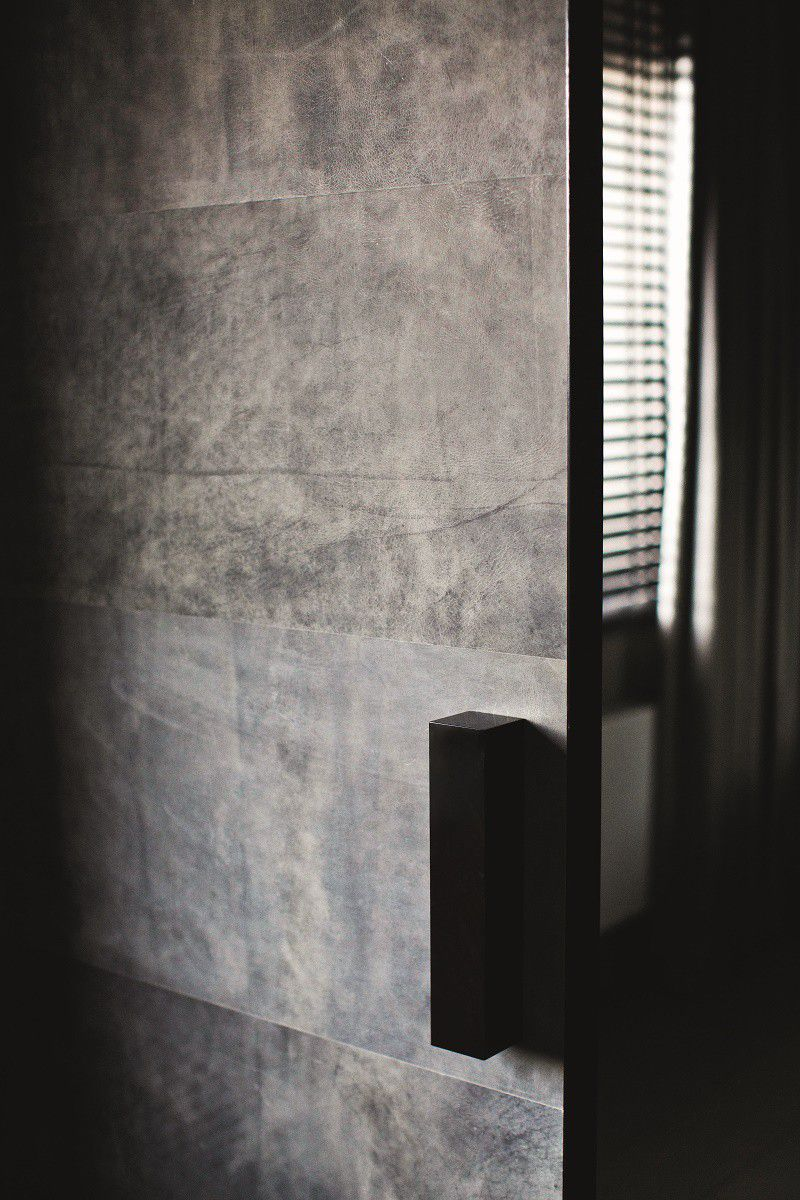 erickuster-sexy-bachelor-pad-upholstered-door